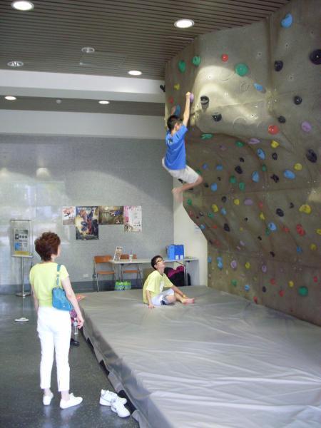內湖運動中心攀岩館